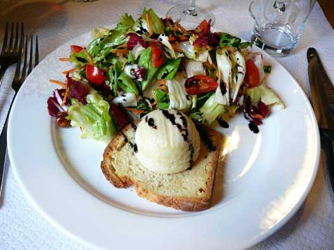 Salade folle au crottin de Chavignol chaud