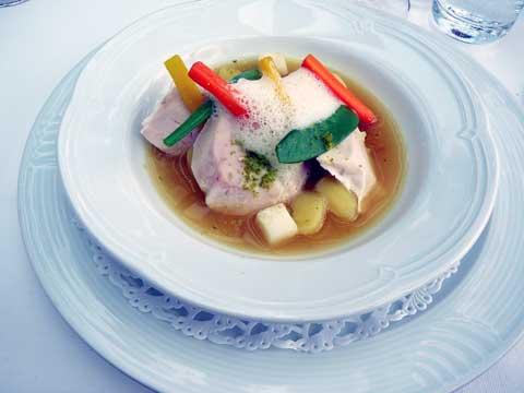 Suprême de volaille suisse pochée à la citronnelle, bouillon au curry, endive confite