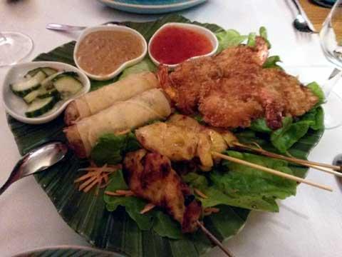 Beignets crevettes, rouleau de printemps, brochette de poulet sauce satay, salade de concombre