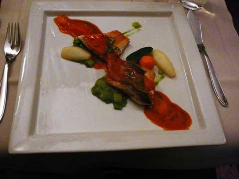 Filet de bar de ligne, poireaux, soupe de poisson aux tomates et fenouil sauvage