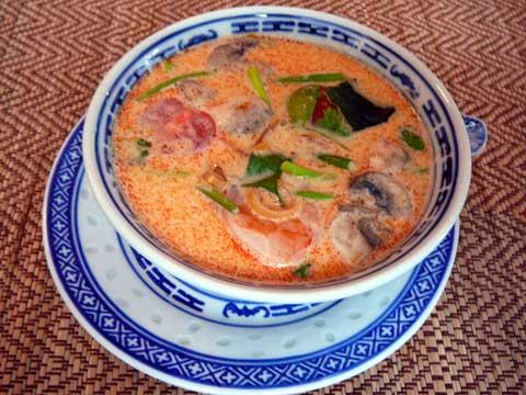 Soupe piquante aux crevettes, à la citronnelle et au lait de coco