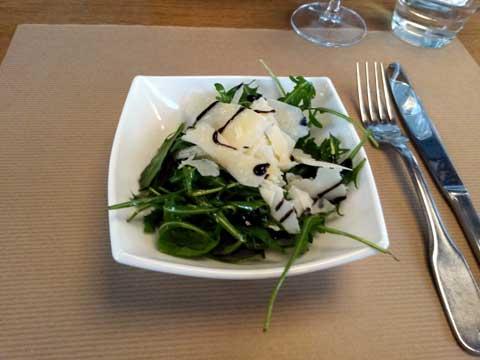 Rucola et copeaux de parmesan, huile d'olive, crème de balsamique
