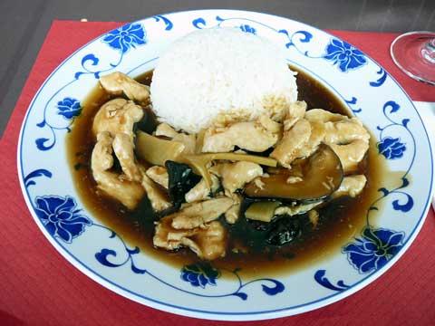 Poulet aux champignons et pousses de bambou