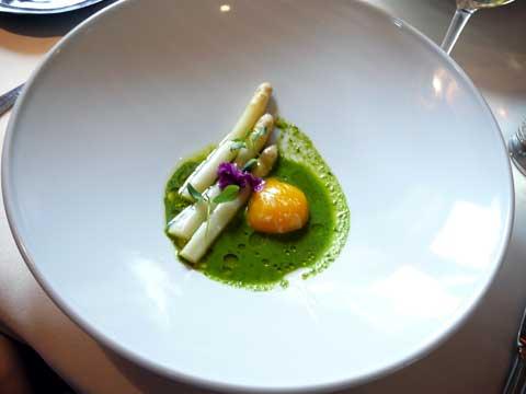 Oeuf bio de Sébastien cuit lentement, premières asperges et coulis de cresson