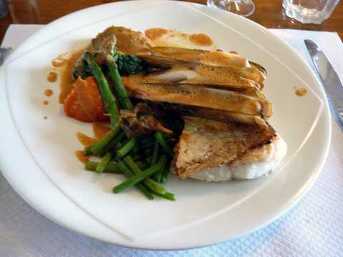Pavé de merlu, émulsion de soupe de poisson, riz pilaf, légumes