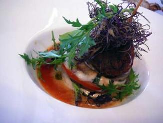 Mille-Feuilles d'aubergines violettes façon parmigiana, avec mozzarella fior di latte sur coulis de tomates au basilic