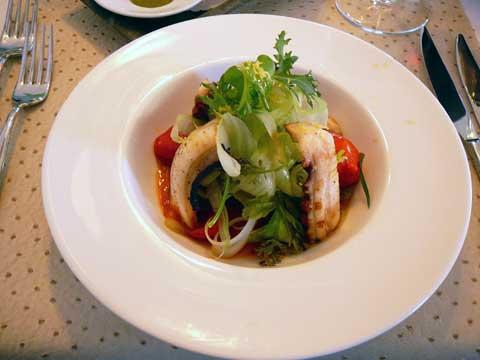 Poulpe grillé sur croûton de pain maison, tomate du Vesuve, câpres de Pantelleria , saladine de céleri au vinaigre rouge du Xeres