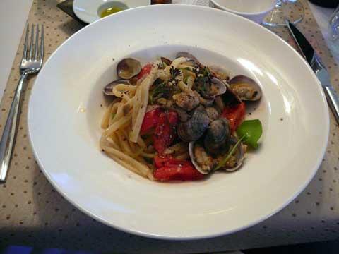 Scialatielli aux vongoles veraci, artichauts violets, tomates dattes fraîches parfumées au basilic