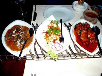 Tranches de porc, feuilles de chaplu frites / Cigales de mer sauce tamarin / Boeuf au curry panneng
