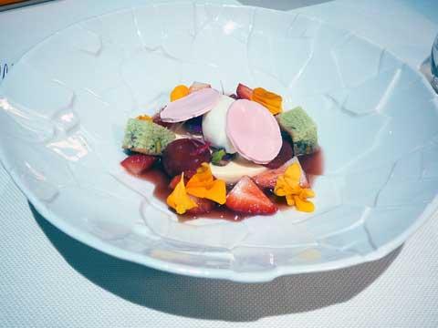Mousse et sorbet au fromage blanc sur un jus de fraises, éclats de meringues et crème de chocolat blanc