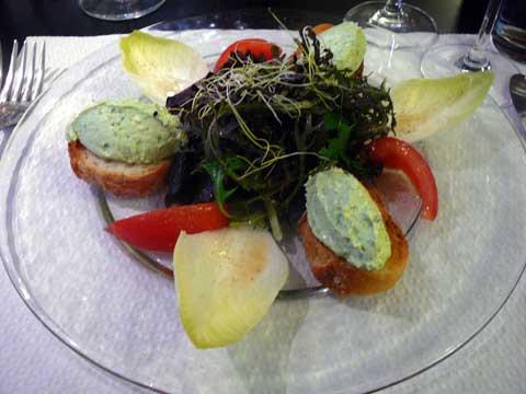 La salade de chèvre frais aux noix et ciboulette ciselée