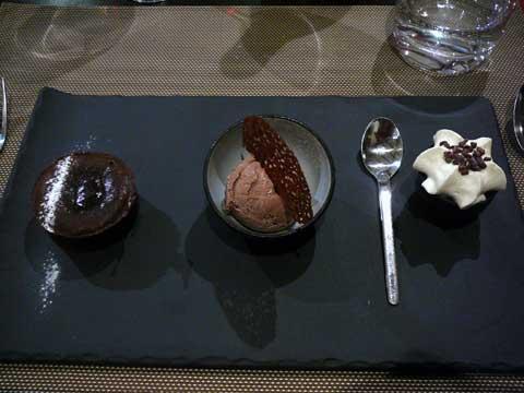 Coeur coulant au chocolat noir Guayaquil, fraîcheur de chocolat au lait, chocolat blanc en crème légère