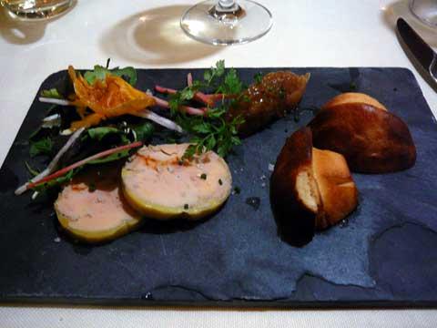 Foie gras du sud-ouest mi-cuit à l'Espelette, chutney d'oignons et brioche maison
