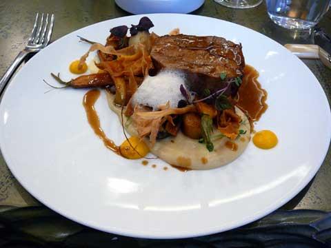 Echine de porc braisée, carottes et panais au four à la fève de tonka