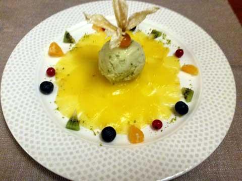 Carpaccio d'ananas, sorbet citron et basilic
