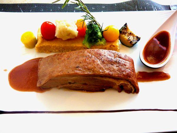 Poitrine de veau confite 36 heures au miel et romarin, et son jus, polenta aux olives et artichauts, légumes du moment