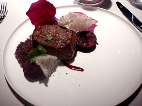 Entrecôte d'Irish Black Angus, textures de patates douces pourpres, chutney d'oignons rouges et shiitaké