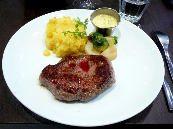 Steak de boeuf, sauce béarnaise, écrasé de pommes de terre, légumes du marché