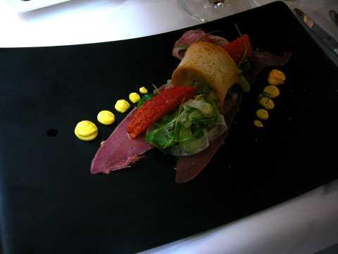 Carpaccio de langue boeuf avec salade de légumes marinés et mayonnaise au safran