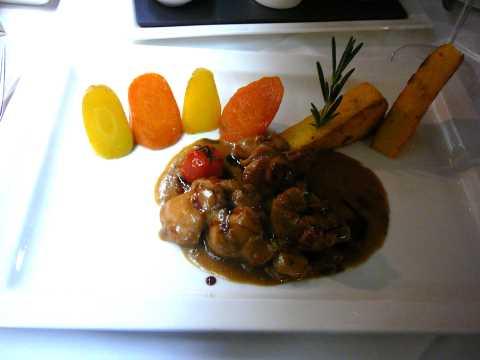 Ragoût de lapin à l'estragon, polenta frite et carottes glacées