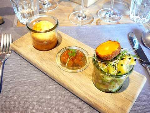 Soufflé de chèvre au thym & chutney aux poires; le trio parfait: salade de pommes de terre, céleri, pomme, vinaigrette de bacon et jaune d'oeuf mollet