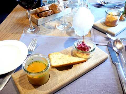 Soupe de courges et châtaignes, servie avec un pain au fromage; Pannacotta de patate douce avec barbe-à-papa. poivre et vinaigre