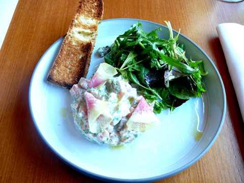 Tartare de saumon d'Isigny, sauce acidulée, mesclun