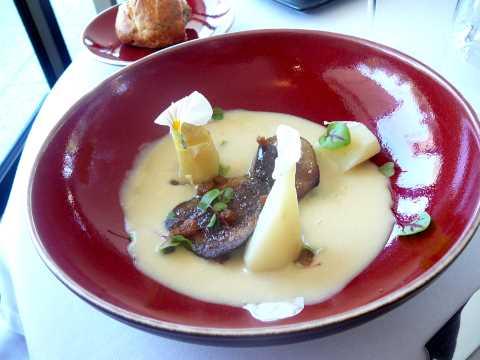 Escalope de foie gras de canard poêlé, crème d'asperge et croûtons dorés