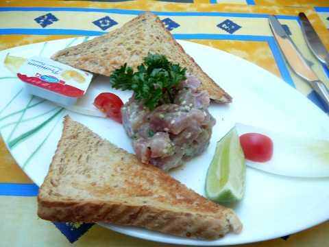 Tartare de thon rouge à la lime, gingembre et sésame