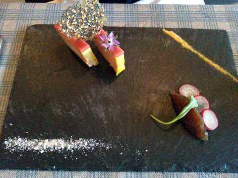 Ardoise de foie gras de canard maison, frais en miroir de rhubarbe, brioche maison toastée, croustillant au sésame et sel roses de l'Himalaya