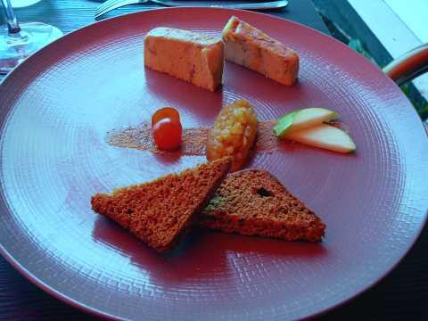 Terrine de foie gras de canard cognac et porto, pain épice et chutney de pommes Granny Smith