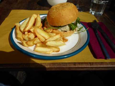 Hamburger de la boucherie des Eaux-Vives, frites au four