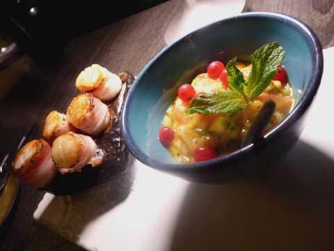 Sizzling scallops : noix de Saint-Jacques au lard du Valais cuites sur le galet de Lutry, salsa de fruits exotiques et citron vert