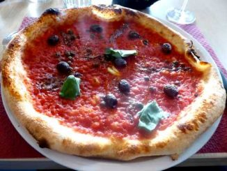 Pizza Marinara : sauce tomate, anchois, câpres, olives