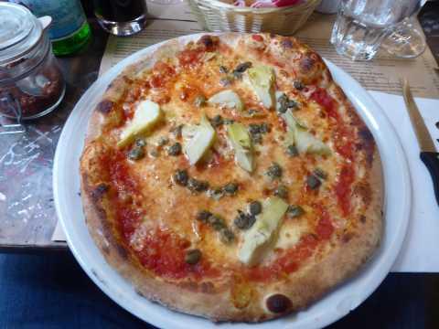 Pizza aux artichauts et aux câpres
