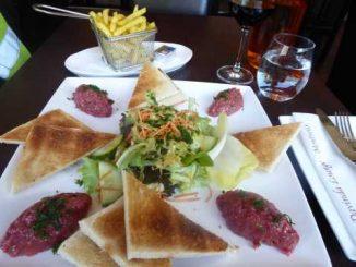 Tartare de bœuf, frites, salade