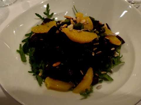 Salade de betteraves et oranges avec des graines