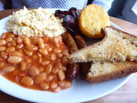 Full English breakfast : oeufs brouillés, bacon, saucisses, baked beans, galette rösti, toast