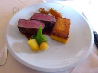 Faux-filet de boeuf Angus, réduction de vin rouge, légumes, polenta