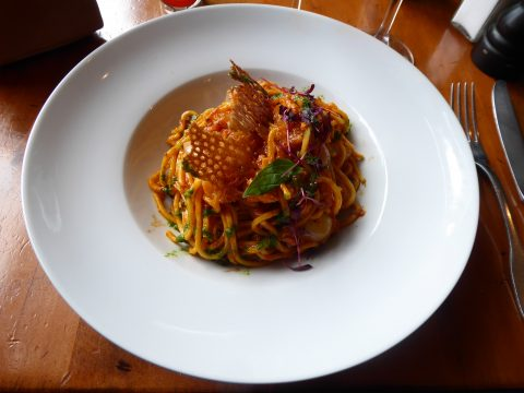 Spaghetti chitarra, poulpe à la sauce méditerranéenne