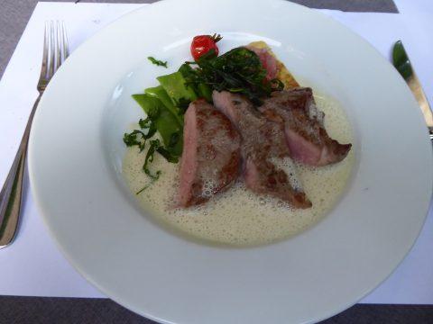Selle de veau rôtie, sauce au thym, gâteau de semoule à la marjolaine et quark, haricots coco