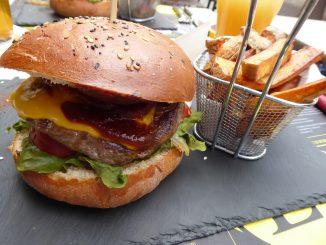 Burger l'Autre Côté (cheddar, oignons caramélisés, salade, tomates, bacon et sauce BBQ)
