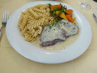 teak de bœuf, sauce à la moutarde de Meaux, pâtes au beurre, légumes du jour