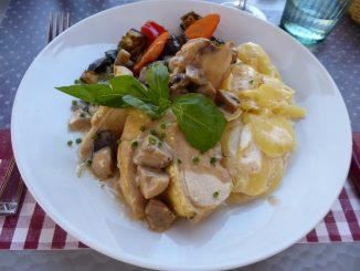 Suprême de volaille aux champignons, gratin de pommes de terre, légumes du jour