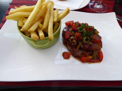 Araignée de veau à la plancha, olives, tomates, sauge, ananas et citron