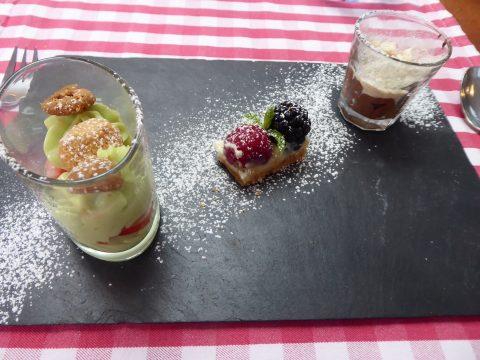 Café gourmand : Tarte aux petits fruits comme chez Marius / Mousse au chocolat Favarger à l'aspérule odorante, croustillant gruyérien / Pistaches et fraises tout en transparence, crème à la pistache de Sicile et crumble