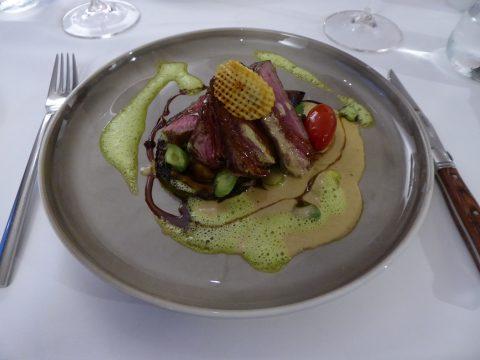 Tagliatta d'entrecôte, patates bleues de Wiedlisbach rôties, légumes de saison