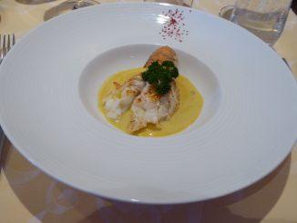 Queue de cigale de mer rôtie émulsion de crustacé au safran effilochée de légumes