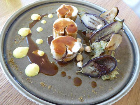 Volaille de la Gruyère en médaillons, aubergines plurielles, pois chiches germés, jus épicé