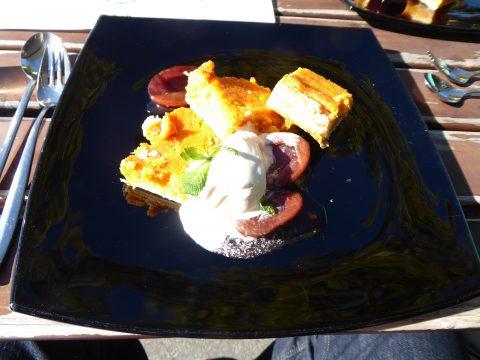 Gâteau à la patate douce, glace à fève tonka, poires à la cannelle
